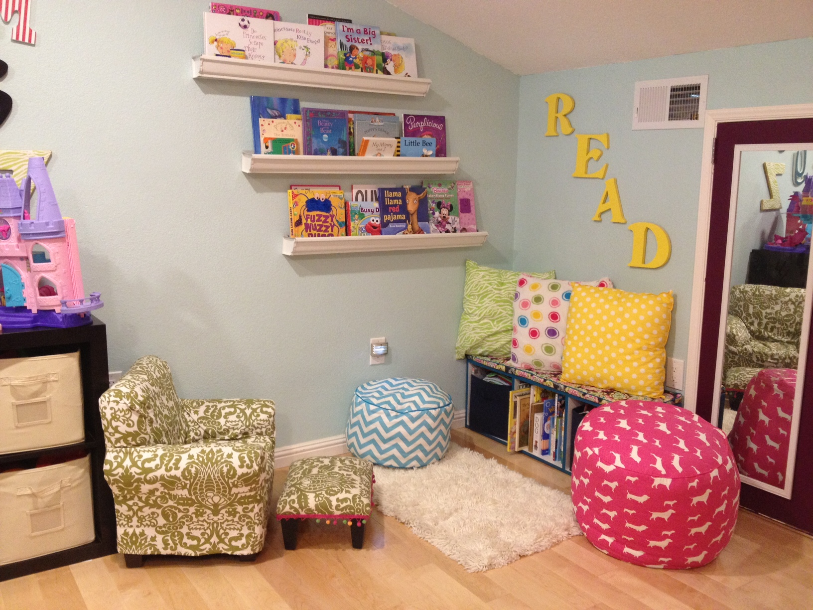 Kids reading area diy playroom decor pinsandpetals for Kids reading corner ideas